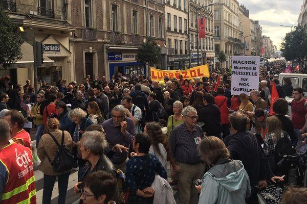 Un millier de personnes manifeste dans les rues de Rouen (Seine-Maritime) pour réclamer la vérité sur l'incendie de Lubrizol.