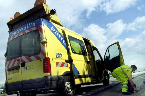 L'été ce sont plus de 150 000 véhicules par jour sur les autoroutes du sud de la France. Au milieu de ce décor des hommes en jaune sont tous les jours en alerte. Un métier à risques qu'on ne soupçonne pas.