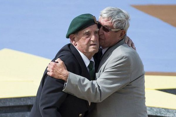 Léaon Gautier et  l'allemand Johannes Börner, lors de la cérémonie internationale de Ouistreham ce 6 juin 2014
