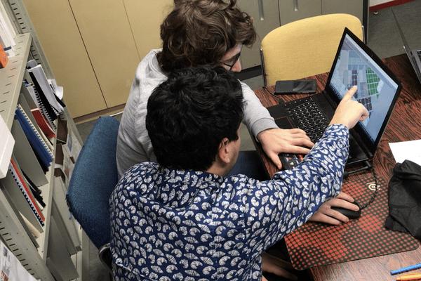 Léo et Jérôme travaillent sur la maquette virtuelle en 3D
