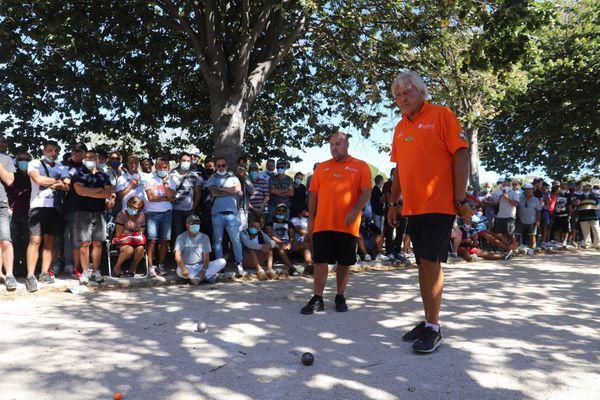 Stéphane Robineau et Marco Foyot observent les boules avant le tir de Dylan Rocher.