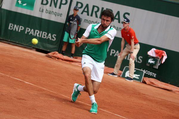 Le Niçois Gilles Simon a chuté face au Géorgien Nikoloz  Basilashvili, 63e joueur mondial, 1-6, 6-2, 6-4, 6-1 ce lundi 29 mai dès le premier tour de Roland-Garros. C'est une triste première depuis 2008.