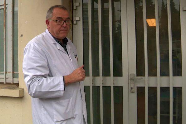 Montpellier - le professeur Reynes, chef du service des maladies infectieuses et tropicales du CHU, devant le sas d'entrée du bâtiment - archives.