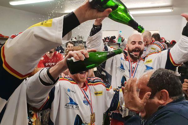 Jacques Reboh douché au champagne après la victoire des Brûleurs de Loups