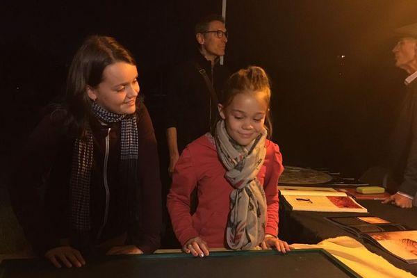 Cléa (à gauche) et Elyn (à droite) découvrent que les étoiles les plus chaudes sont en fait bleues.