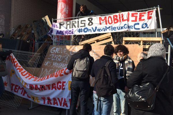 Des étudiants de Paris 8 devant leur université, à Saint-Denis.