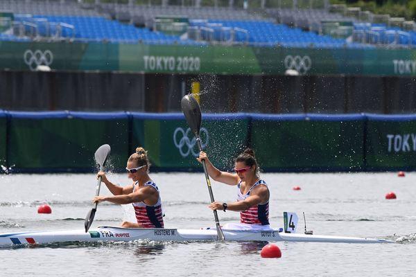 Les Françaises Manon Hostens et Sarah Guyot lors de la finale du kayak biplace sur 500 mètres mardi 3 août.