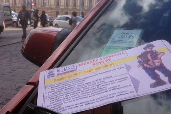 Les policiers distribuent de faux PV, Place du Capitole à Toulouse;