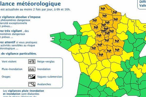 La vigilance orange pluie-inondation maintenue sur 23 départements, dont les huit de l'Île-de-France.