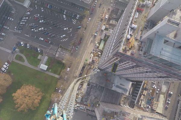 Âmes sensibles s'abstenir.  La grue de la future tour Silex est la plus haute de Lyon : elle culmine à près de 130 mètres d'altitude.