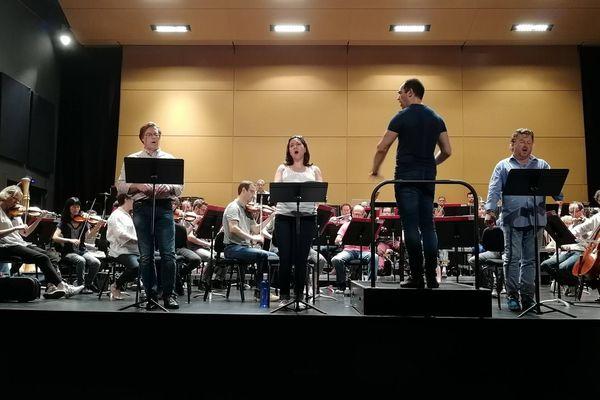"""Répétition générale du concert """"Debussy"""" donné par l'orchestre de l'Opéra National de Lorraine, salle Poirel à Nancy (54), jeudi 31 mai 2018. A la baguette le chef Rani Calderon. Debout à ses côté, le baryton Jean-François Lapointe (à gauche), la soprano Adriana Gonzalez et le ténor Marc Laho (à droite sur la photo)."""