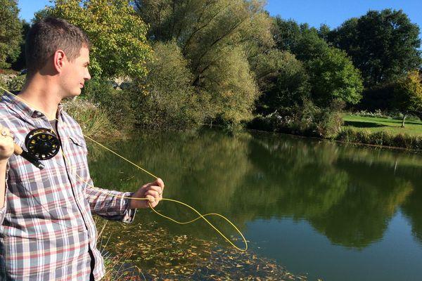 depuis son installation en Auvergne, ce parisien de souche a toujours le même rituel tous les matins avec sa séance de pêche à la mouche.