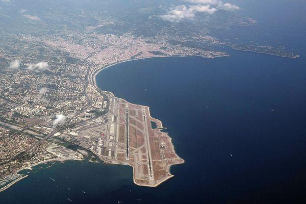 L'aéroport Nice Côte d'Azur à l'entrée de la baie des Anges.