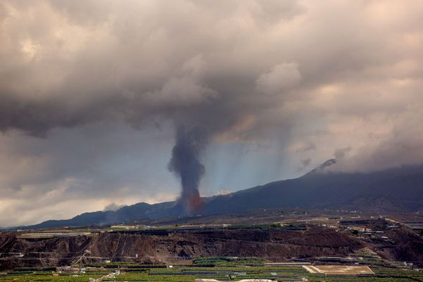 Le volcan Cumbre Vieja génère une colonne de cendre s'élevant à plus de 4 500 mètres d'altitutde