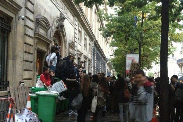 Plusieurs lycées étaient bloqués à Paris, ce jeudi matin, pour protester contre les expulsions, comme ici le Lycée Turgot, dans le 3e arrondissement.