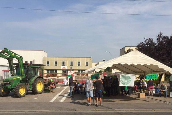 Les agriculteurs ont notamment bloqué l'abattoir Charal de Metz.