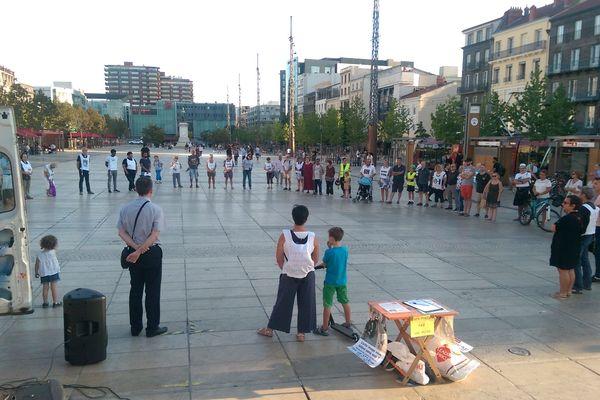 Une cinquantaine de personnes ont participé au cercle de silence place de Jaude à Clermont-Ferrand.