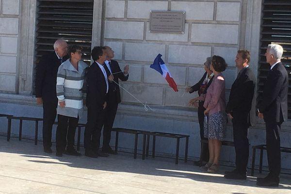 Plaque commémorative en hommage à Laura et Mauranne, victimes d'un attentat terroriste le 1er octobre 2017, sur le parvis de la gare Saint-Charles