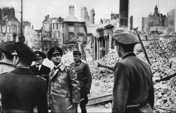 Le grand-amiral Erich Raeder, dans les ruines de Dunkerque, après l'Opération Dynamo de mai/juin 1940, lors de laquelle la Royal Navy britannique était parvenue à évacuer vers l'Angleterre près de 340 000 soldats alliés.