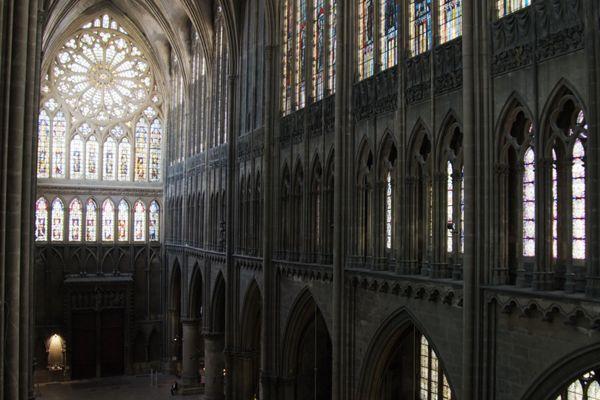 On distingue bien les étages où se superposent les surfaces vitrées