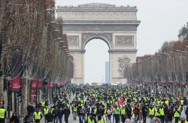 Plusieurs milliers de gilets jaunes ont défilé sur les Champs-Elysées ce samedi 15 décembre.
