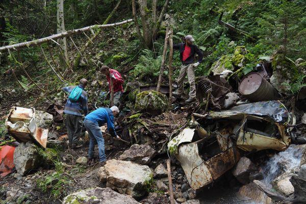 Des bénévoles évacuent des carcasses de voitures et des bidons près du Fontanil, du côté de Cherlieu.