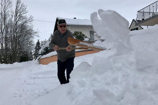 René Maire compte 85 hivers au compteur... et toujours un aussi bon coup de pelle!