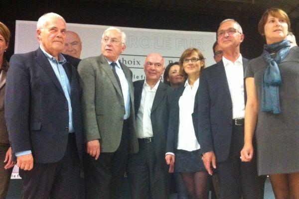 Marc Le Fur, au centre, avec Pierre Méhaignerie à sa droite et plusieurs de ses soutiens et candidats