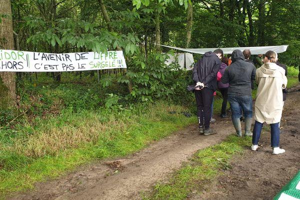 Une cinquantaine de personnes rassemblées à Liffré, sur le site où doit s'implanter une usine Bridor