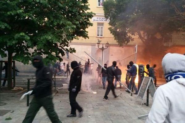 20h30, hier soir, devant le lycée Jean Nicoli, à Bastia.