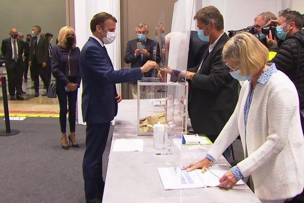 Emmanuel Macron a voté avec son épouse au Touquet (Pas-de-Calais), ce dimanche 27 juin à la mi-journée.