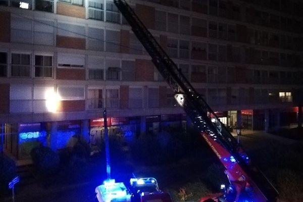 55 pompiers ont été mobilisés pour maîtriser l'incendie qui a pris dans un appartement du 5ème étage de cet immeuble qui en compte 6.
