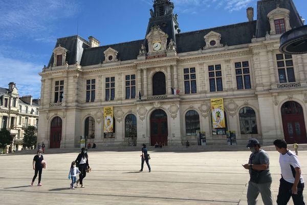 Seules les deux banderoles installées sur la façade de la mairie annoncent la prochaine arrivée du Tour de France à Poitiers, le 9 septembre.