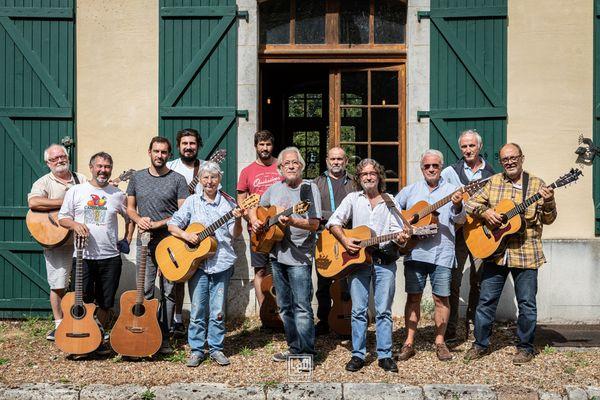 Joël Favreau (au centre) entouré de chanteurs-guitaristes lors d'un stage à Boursay