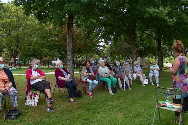 Une séance de lecture en plein air était organisée aussi pour des séniors isolés de la ville.