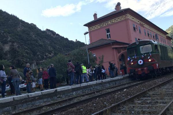 """Le train """"Rétro 1970"""" italien est arrivé à 9h3à en gare de Breil. Ce 6 octobre, les élus, les amis du Rail azuréen, un comité Franco-Italien, le collectif Nice Cuneo, des membres de l'association AAATV et de l''éco-musée de Breil sont réunis pour défendre leur ligne."""