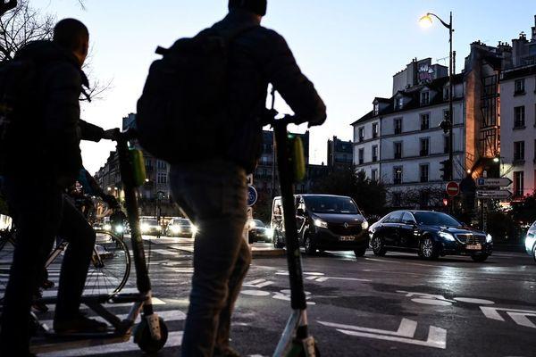 Des trottinettes et un vélo à Paris, le 10 décembre dernier pendant la grève (illustration).