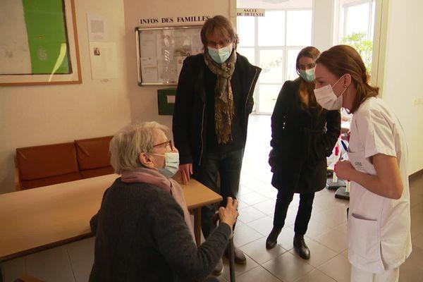 L'heure est aux premières vaccinations à l'Ehpad de Champmaillot, près de Dijon.