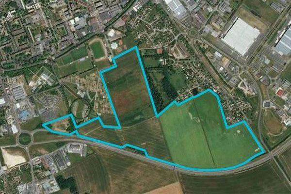 Entourée de bleu, la future zone d'activités Long Buisson 3 située au sud d'Evreux. Elle représente 60 hectares, pour l'instant des terres agricoles qui étaient en jachère ou en grandes cultures