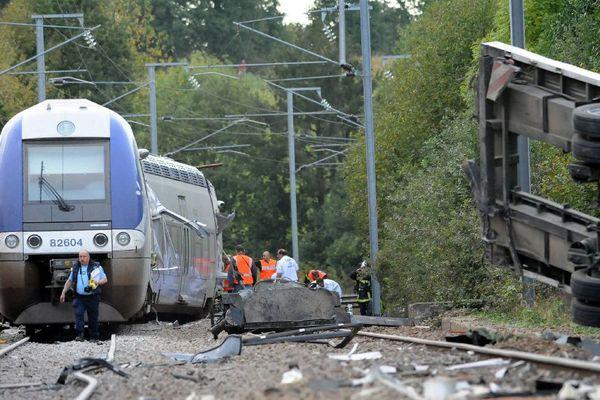 Saint-Médard, le 12/10/2011, un train TER a percuté un camion à un passage à niveau