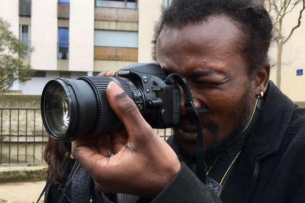 Idriss participe aux ateliers. En situation de précarité, il s'est découvert une véritable passion pour la photographie.
