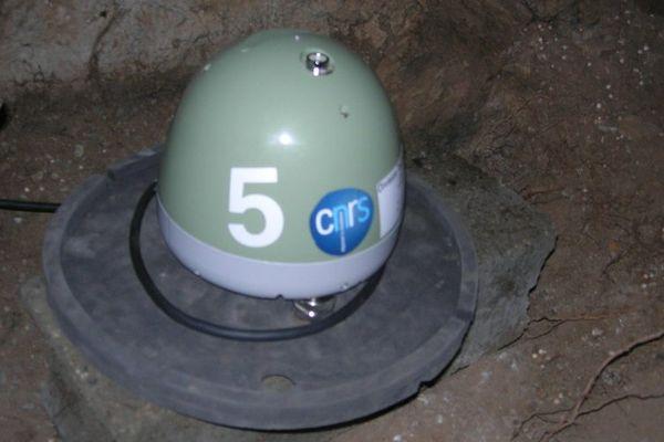 Un capteur installé dans les Ales pour surveiller l'activité tectonique.