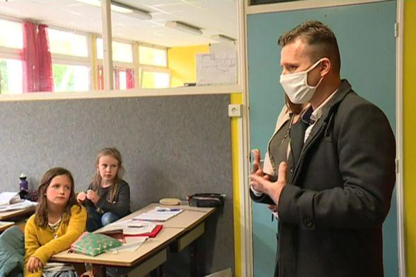 Laurent Boyet, président de l'association Les Papillons, témoigne de son passé aux élèves de l'école Diwan à Quimper.