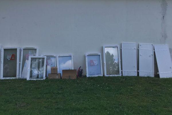 Une partie des objets volés sur le chantier : il y a des fenêtres, de la laine de verre etc....