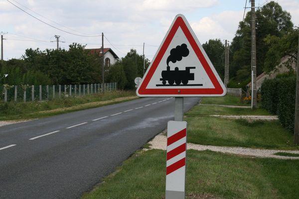 Un automobiliste meurt percuté par un train à un passage à niveau (image d'illustration)
