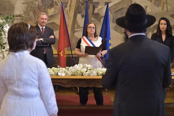 Reprise des mariages à Toulouse, le maire était présent pour l'occasion aux cotés de Christine Escoulan, conseillère déléguée à l'état civil et aux mariages