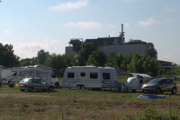 Située au pied de l'incinérateur de déchets, en zone inondable, l'aire de grand passage de St Pantaléon-de-Larche est très critiquée.
