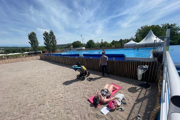 """Créée pour l'été 2021 et entièrement gratuite, la """"Plage des Deux Rives"""" est située dans le secteur de la Méchelle, de part et d'autre des rives de la Meurthe à Nancy et à Tomblaine."""
