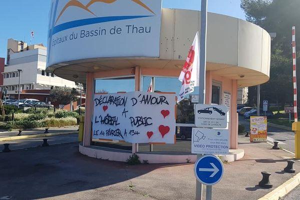 Sète - Une banderole a été affichée à l'entrée de l'hôpital de Sète - 14.02.20