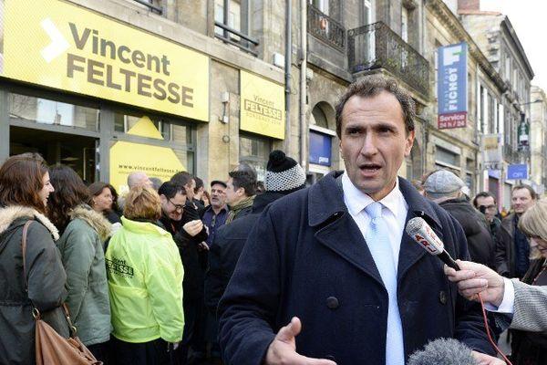 Vincent Feltesse devant son  QG de campagne